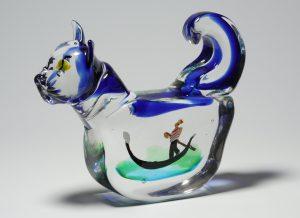 ガラスの不思議ー佐藤泰生がデザインした「猫の中のベニス」。猫は左右に揺れる仕掛けもあり、動きまで楽しめる作品。